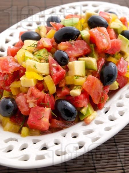 Салата с розови домати, авокадо и маслини - снимка на рецептата
